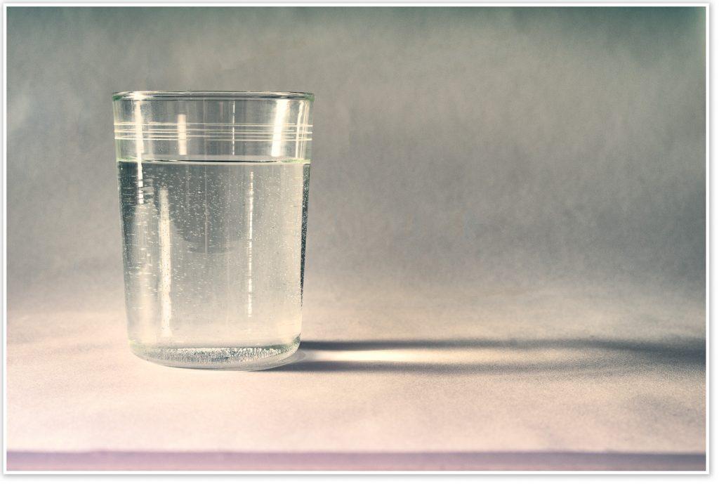 Glas mit Wasser als Symbolbild für Wasserstoff als Energieträger