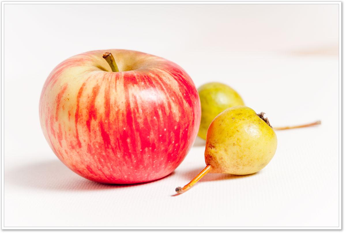 Apfel mit zwei kleinen Birnen